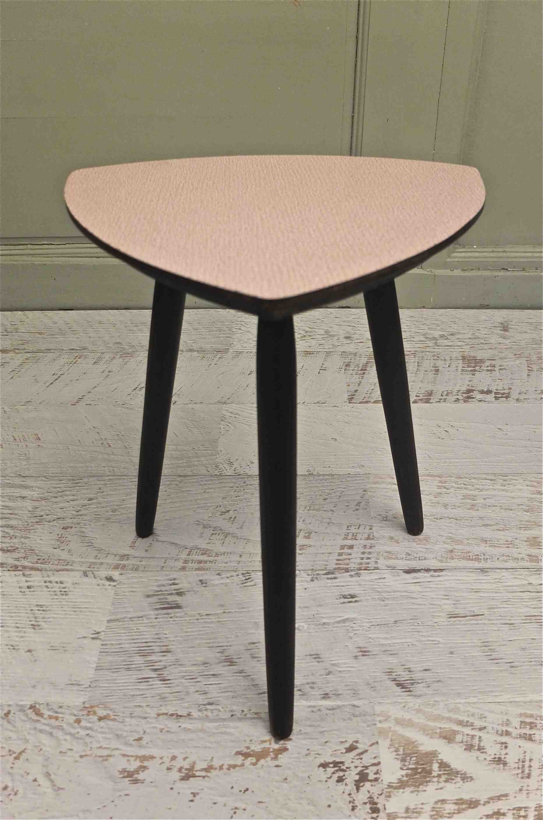 slavia vintage mobilier vintage petite table tripode des ann es 50 corbu. Black Bedroom Furniture Sets. Home Design Ideas