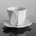 design tchèque - tasse + soucoupe en porcelaine aux lignes néo-cubistes du studio Vjemy