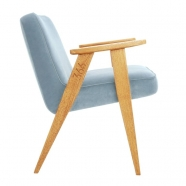 """fauteuil """"366"""" Jozef chierowski - 366 concept - """"velvet""""  velours bleu ciel - teinte chêne - design polonais"""