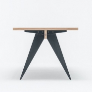 design polonais - Table St Calipers - St Furniture (2 teintes disponibles  : noir /blanc)