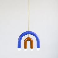 Suspension TRN light C1 - ocre et bleu - en céramique et laiton - Pani Jurek