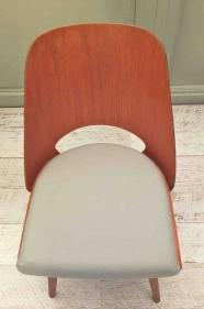 """chaise en bois courbé à l'assise gris clair """"šedá"""""""