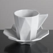 design tchèque - tasse à expresso et soucoupe en porcelaine aux lignes néo-cubistes du studio Vjemy