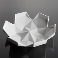 design tchèque - coupelle en porcelaine aux lignes néo-cubistes du studio Vjemy