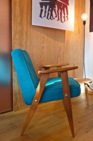 fauteuil 366 des années 60 de Jozef Chierowski - retapissé - bleu turquoise - Pologne