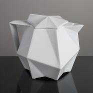 design tchèque - théière en porcelaine aux lignes néo-cubistes du studio vjemy