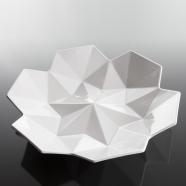 design tchèque - grand plateau en porcelaine aux lignes néo-cubistes du studio vjemy
