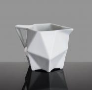 design tchèque - pot à lait en porcelaine aux lignes néo-cubistes du studio vjemy