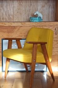 fauteuil 366 des années 60 de Jozef chierowski - retapissé - jaune vif