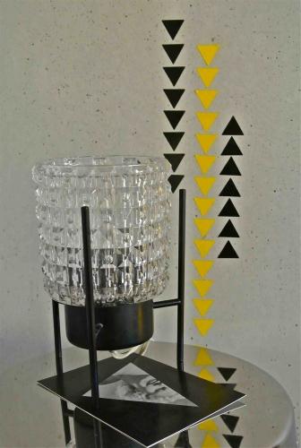 Slavia vintage jeu d'angles  lampe sixties et déco motifs triangles